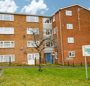 2 Bedroom Flat for sale in Gainsborough Close, Salisbury
